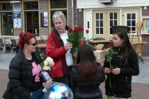 Hans Meijer deelt rozen uit